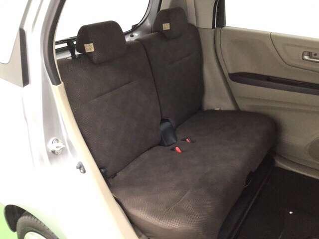 後席シートは前後にスライドでき、足元には濡れた傘やシューズなどもしまえるトレイが付いています。