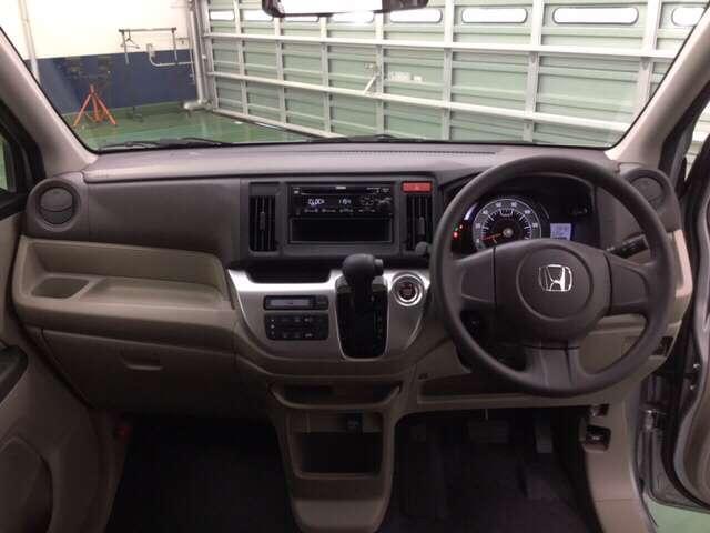 ATセレクトレバーをインパネ中央に配置、サイドブレーキをフット式にすることでインパネがスッキリ!運転席や助手席の移動が楽々です。