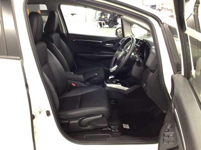 手触りがとても良く、快適な座り心地のシートは高さ調整機能付き。(運転席のみ)    ※プライムスムースインテリア仕様