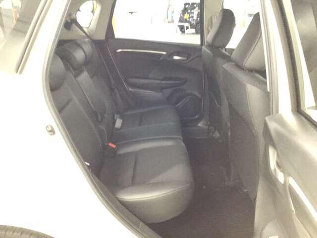 十分な広さの後席は長距ドライブでも疲れません。