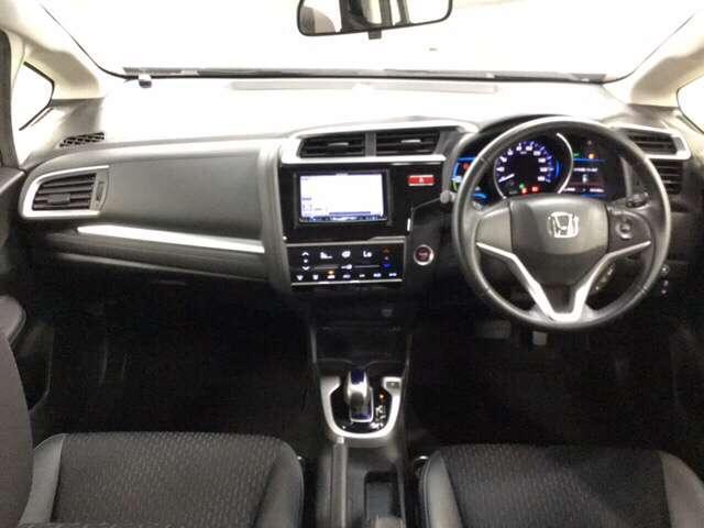 ドライバーを中心にデザインしたコクピット感あふれるインテリア。    ※フルオートエアコン装備