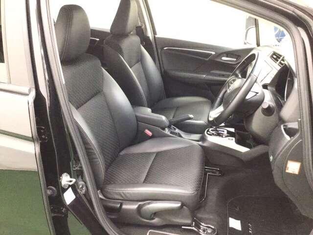 手触りがとても良く、快適な座り心地のシートは高さ調整機能付き。(運転席のみ)    ※コンビシート(プライムスムース×ソフトウィーブ)&専用インテリア仕様
