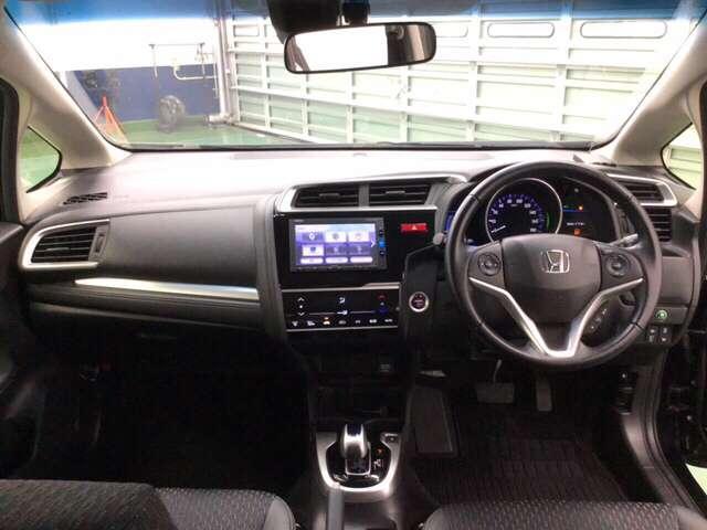 コクピット感あふれるインテリアは前方・左右の見晴らしが優れていて運転にゆとりが持てます。    ※エアコンや送風に連動して空気清浄や脱臭などに効果を発揮するプラズマクラスター技術搭載フルオートエアコン