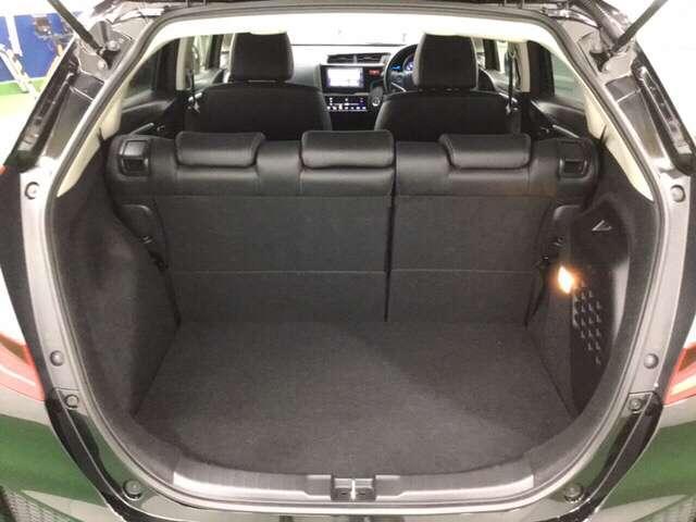 フィットならではの大容量の荷室で重い荷物も楽に積める大きく低い開口部です。