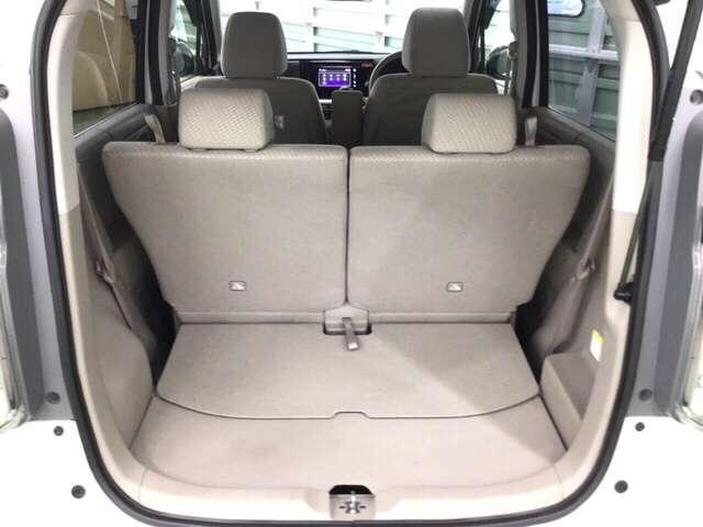 後席を一番後ろに下げても十分に使える荷室の広さです。床下収納も大容量のスペースがあります。