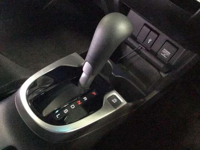 発進時から滑らかに加速するCVT。ストップ&ゴーの多い街の中も快適です。    ※スマートフォンの充電や外部入力用USBジャックが付いています。