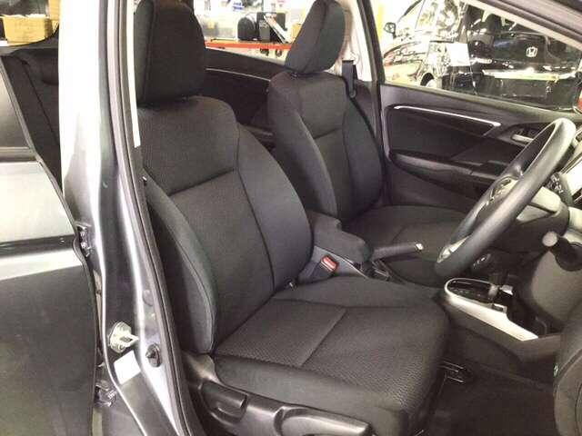 手触りがとても良く、快適な座り心地のシートは高さ調整機能付き。(運転席のみ)