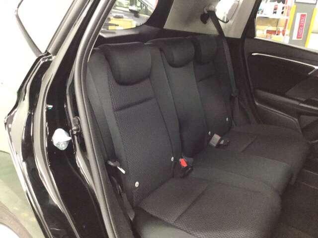 十分な広さの後席は長距離ドライブでも疲れません。