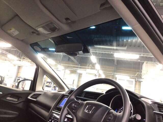 ハーフシェイドフロントウインドウ(青色)はホンダではほとんどの車種に装備されています。お洒落で実用性も高いですよ。視界を確保しつつ眩しさを抑えます、有と無しでは大違いです。
