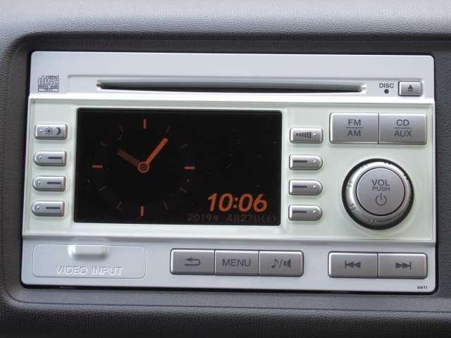 ホンダ純正のデュアルサイズCDコンポ搭載です。AUX対応で、ミュージックプレイヤーの接続や、WMA・MP3形式のファイルが再生できる、マルチメディアプレイヤーです。