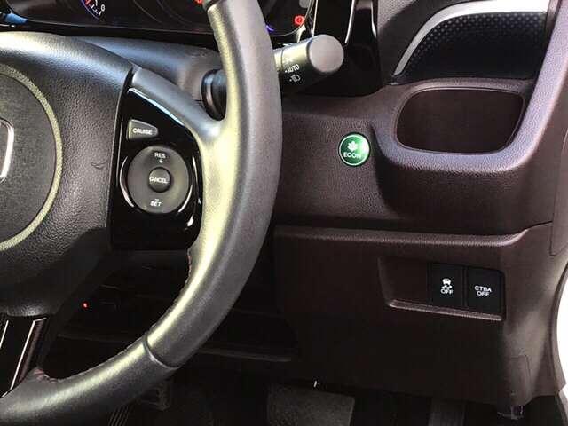 ステアリングホイールの右側がクルーズコントロールスイッチです。アクセルペダルを踏まずに一定速走行が出来るので、高速道路での走行がグッと快適になります。