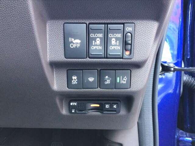 純正のETCが取り付けられています。両側パワースライドドアや、車線を検知しはみ出しを防ぐ路外逸脱抑制機能、衝突軽減ブレーキのCMBS等のスイッチ類も、運転席の右側にあります。