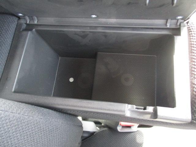 運転席アームレストに収納BOX付いてます