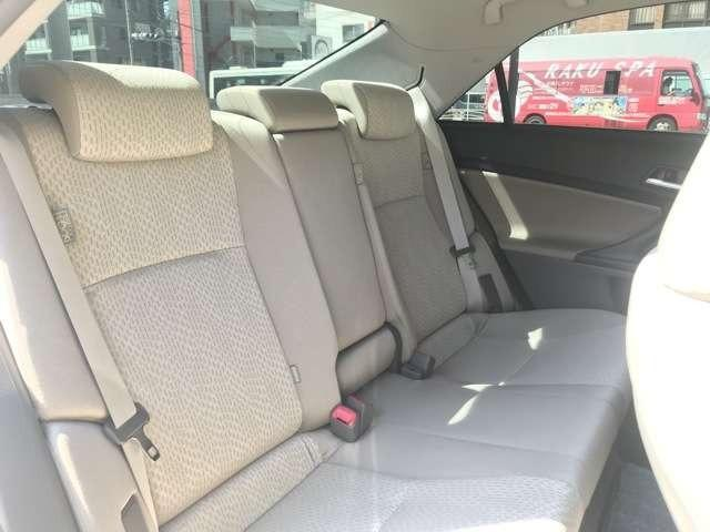 後部座席の足元はこんなに広々!ご家族・ご友人同士での長時間のドライブは、リラックスできるスペースが重要ですよね!事前の試乗も可能となっておりますので、室内空間を体感して下さい。納得いくこと間違いなし!