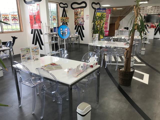 女性のお客様も大変多く、お気軽に立ち寄れるお店です!可愛らしいデザインの明るく広々とした店内には、キッズコーナーも完備!