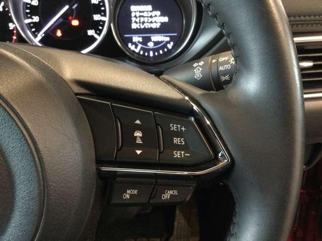 クルーズコントロール付きなので高速走行時も楽々です♪TCSなどの切り替えスイッチは運転席右下についています!オートライトやレインセンサーの装備もバッチリです☆