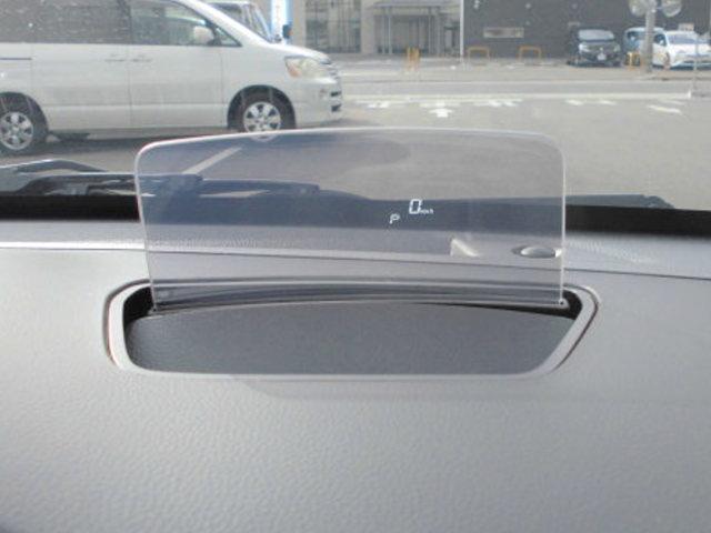 運転席前方に「軽初」【ヘッドアップディスプレイ】を搭載。車速・シフト位置などの情報を表示。