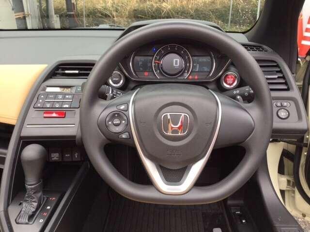 ハンドルの後ろには7速パドルシフトがあります。指先で操る事で、マニュアル車感覚のシフトチェンジが楽しめます。