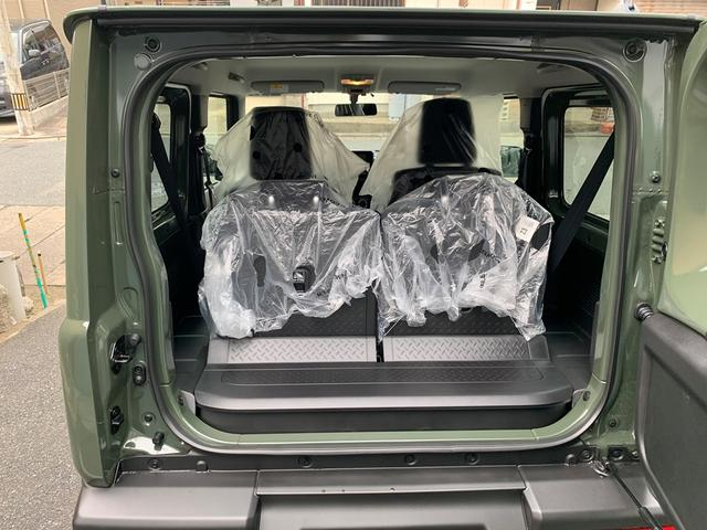 トランクはこんな感じです。後部座席を倒せば荷物も沢山積む事ができます。