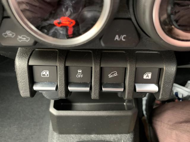 エアコン下には運転席、助手席の窓のパワーウインドウスイッチとESPのオフスイッチ(横滑り防止)とヒルディセントコントロールスイッチ(急な坂道で自動的に速度を落として走る)が付いています。