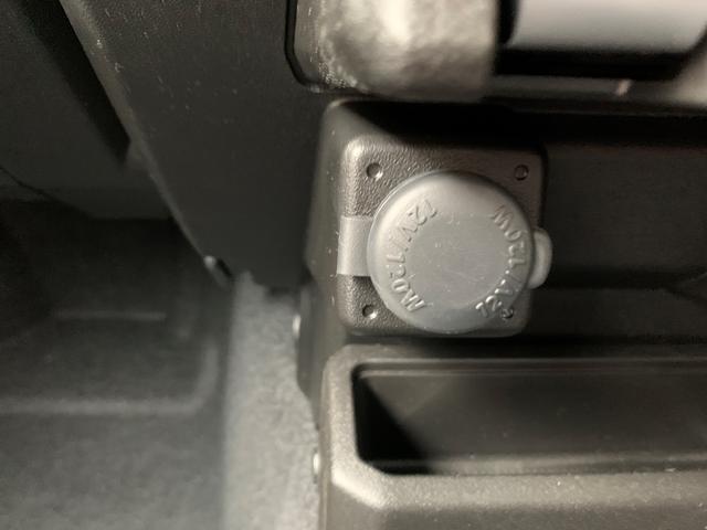エアコン下に12Vのシガーソケットが付いています。スマートフォンの充電に便利です!!