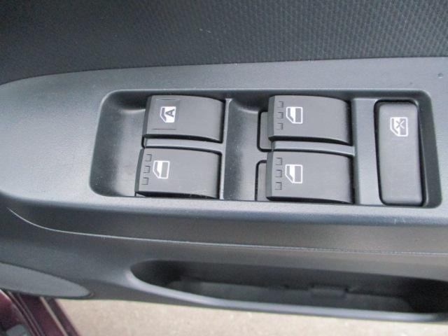 運転席アームレストに【パワーウィンドウ】スイッチあり。手元で操作ラクラク。