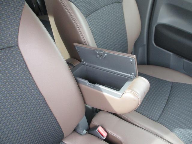 運転席と助手席の間に財布や携帯などちょっとした小物を収納できる【フロントアームレストボックス】