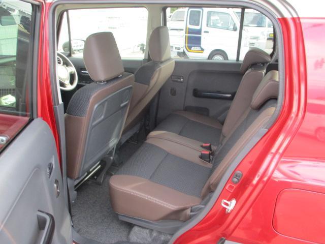リヤシートは、足元も軽とは思えない広さがあります。ドアには小物を収納できる便利な【リヤポケット】付。
