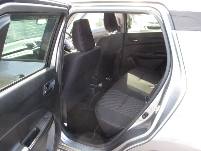 リヤシートは、足元広々。ドアには小物を収納できる便利な【リヤポケット】付。