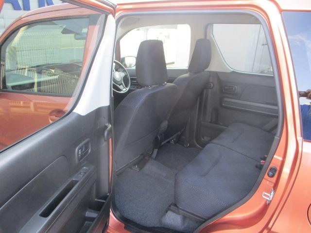 リヤシートは天井も高い広々空間!足元もさらに広くゆったり!ドアは軽初【アンブレラホルダー】付。