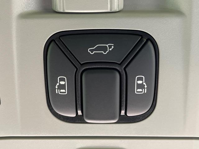 【フリップダウンモニター】 嬉しい後席モニターを装備♪後席の方も画面を見ながらゆったりとくつろいで頂けます!お子様も大喜びですね☆