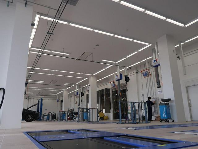 最新の設備を導入した大きな整備工場も併設!車検や整備、板金修理までお任せ下さい!販売後のアフターも万全の体制でフォローいたします。