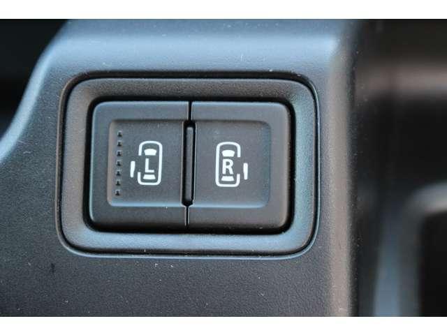 重たい荷物を持っていても左右のスライドドアが電動で開いて大助かり♪ボタン一つでリアドアの開閉が可能です!狭い場所でも、乗り降り楽々!