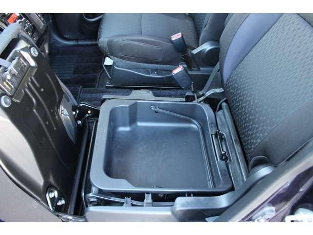 助手席シートの下に荷物も収納できます。