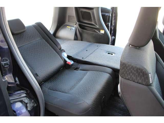 後席背もたれは左右独立してリクライニングと前倒しができます。ご使用状態に合わせて使用してください。