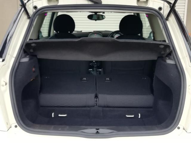 ●後席シートを倒すととても広いラゲッジスペースを確保できます!大きめの荷物の積み込みや小型自転車の積み込みも可能で便利です!多彩なシートアレンジができますよ♪