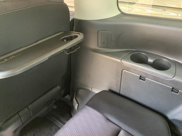 セレナの機能紹介その2!セレナの2、3列目には折り畳み式のテーブル、ドリンクホルダー、USBポートがそれぞれの席に付いています♪どこの席に座っても不自由なくドライブを楽しめます!