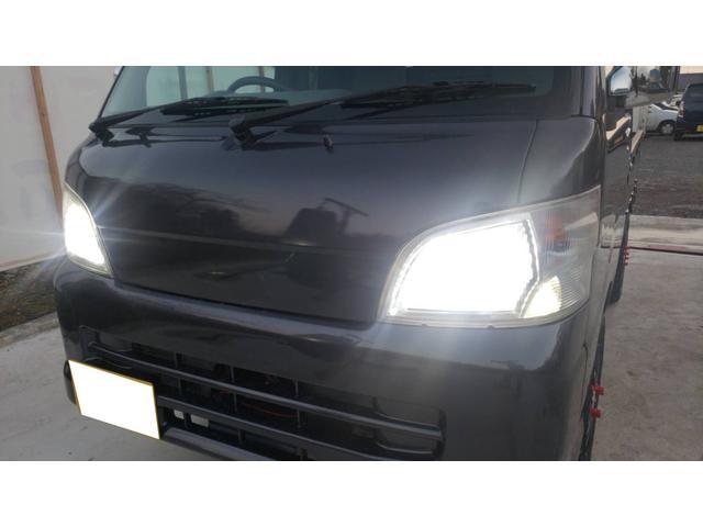 ジャンボ 4WD エアコン パワステ 5速マニュアル車 LEDヘッドライト 社外15インチアルミホイール ボコボコタイヤ 革調シートカバー メッキパーツ オールペイント(9枚目)