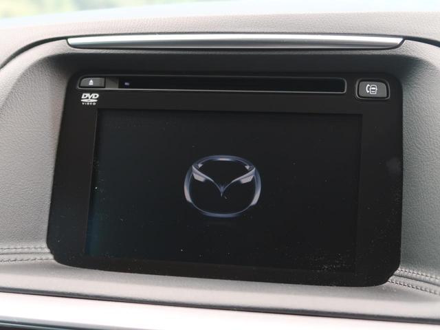 マツダコネクト 常に最新のサービスを利用できるコネクティビティシステム。ハンズフリー通話、ナビゲーション機能を搭載しています。走行中でも、コマンダーコントロールや音声認識機能で安全に操作できます。