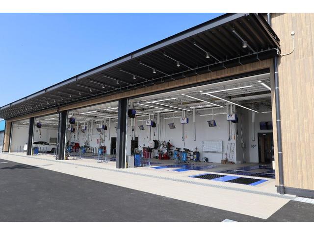 最新の設備を導入した大きな整備工場も併設しております。