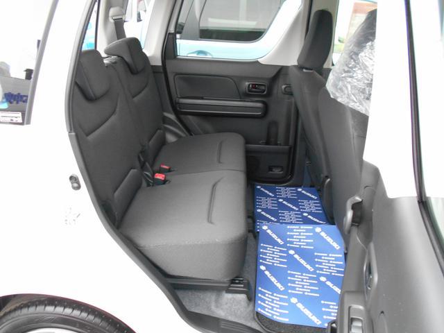 リヤシートです。足もとが広いので、同乗者の方もゆったり座れますよ♪