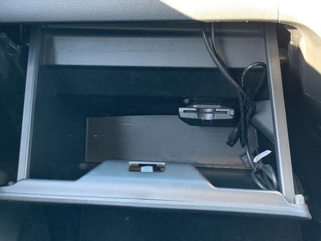 ETCは助手席側グローブボックス内に収納されております。