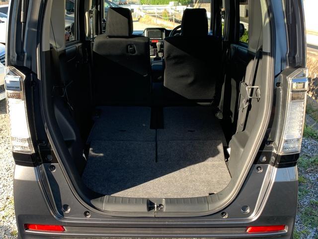 リア席は倒してフラットにできますので、大きなお荷物も積み込むことができます。