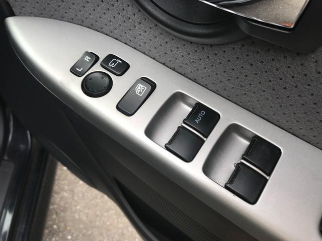 【電動格納ドアミラー】ボタンでミラーの開閉ができます。幅の狭い駐車場に停める際は重宝します。