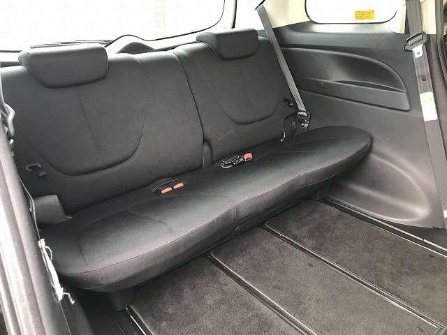 3列シートの最後席も足元に余裕があり快適です!3列目席の乗員が操作するための2列目席スライド用レバーもあり3列目からも操作がしやすいです