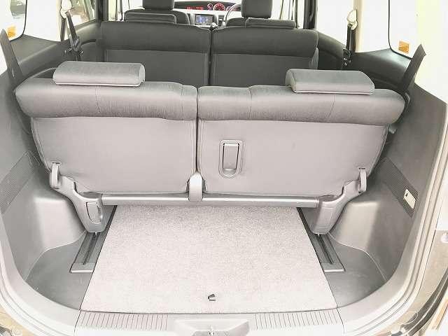 スライド幅が広いのと、3列目シートの座面がポップアップすることで、荷室スペースも自在に調整できます。