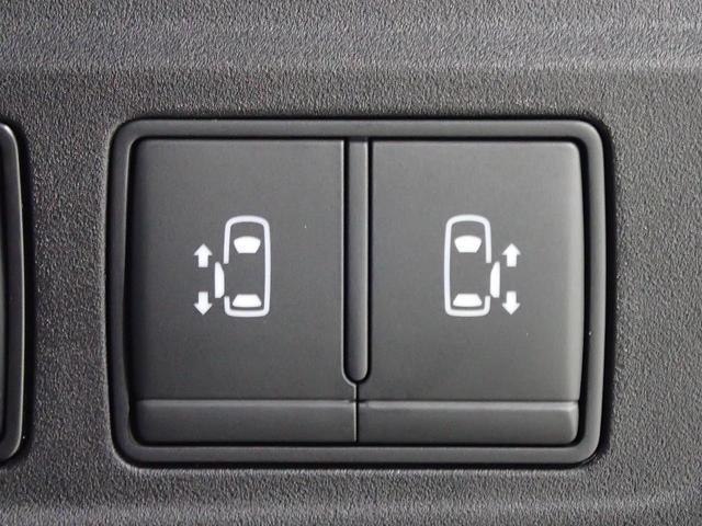 【両側スライドドア】 駐車場で隣の車が近い時、狭くて乗りにくい時ありますね、でもスライドドアなら開けた時に幅を取らず、とっても乗り降りが簡単です。大きな荷物の出し入れも後席から可能♪助かりますね☆