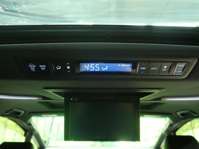 【前後左右独立オートエアコン】運転席/助手席/後席でそれぞれに温度調節可能なオートエアコンを装備。全席で快適にドライブを楽しめます。