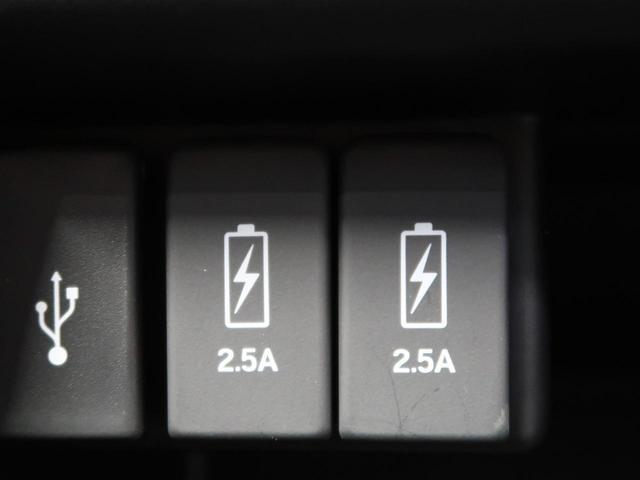 【充電用USB端子】センターコンソールにスマホなどの充電に便利な専用USB端子を2口装備。