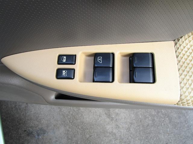 パワーウィンドスイッチです。運転席に居ながら窓の開け閉めができちゃいます(^^)/ロック機能付ですので子供がいたずらをして窓を開けるといった心配事も無くなりますよ!!